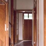 玄関から見える廊下、つきあたりがお風呂になっています