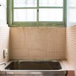 昔ながらの窓枠の色が素敵な浴室