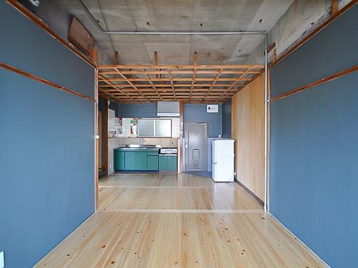 天井の下地を残したままなので使い勝手がいい。照明器具をつけたり、ドライフラワーなど吊り下げては