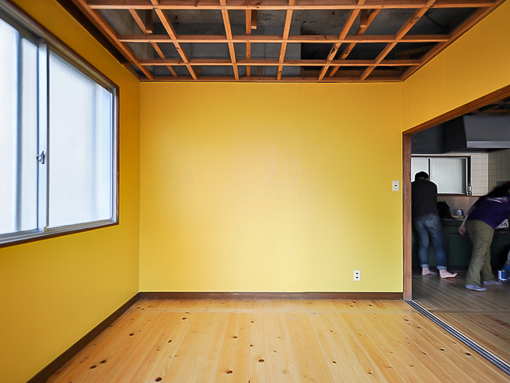2面採光の部屋。落ち着いた黄色が意外に合いますよ