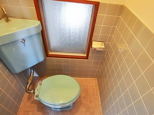 トイレは古いですが、自分でウォシュレットをつければ◎